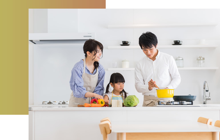 写真:調理を楽しむ家族