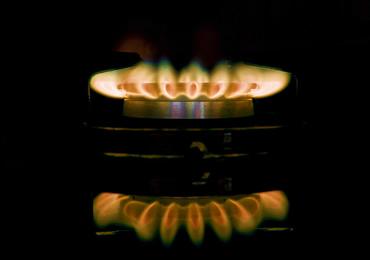 写真:コンロの赤い炎